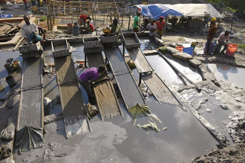 Alle jagen nach Gold. Im Norden Tansanias sind rund um die großen Minen Siedlungen entstanden, in denen Glücksritter teils auf eigene Faust schürfen.