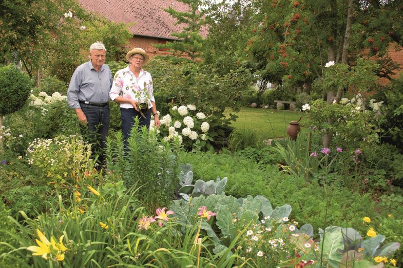 Freude an ihrem besonders gestalteten Garten haben Marianne Burmester-Müller und Heinrich Burmester. Das wollen sie mit möglichst vielen teilen.