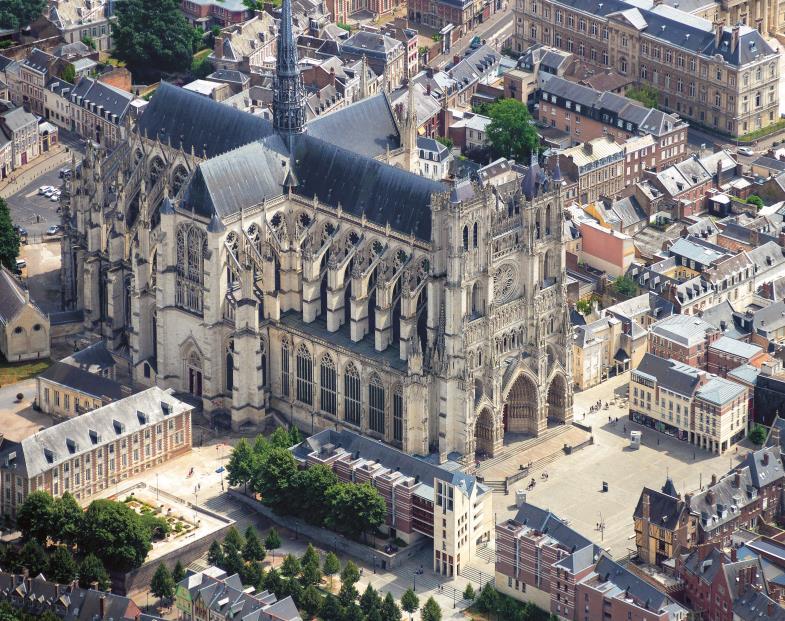 Die Kathedrale Notre Dame in Amiens war einst das größte französische Kirchengebäude. Mit ihren vielen Kapellen zielt sie ganz auf die Klerikerliturgie ab.