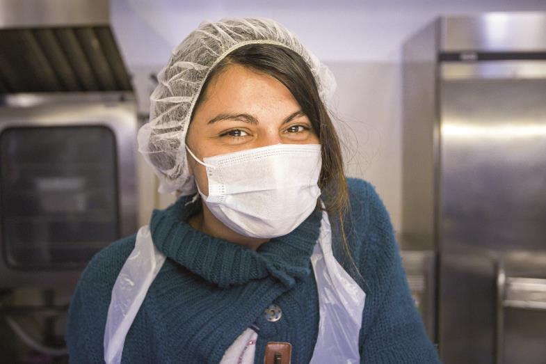 Wenn jemand wirklich lächelt, ist das auch trotz Maske zu erkennen. Wie bei dieser Mitarbeiterin einer Caritas-Armenspeisung in Rom.