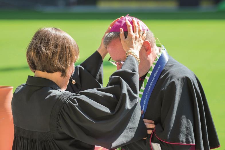 Ihr sollt ein Segen sein. Annette Kurschus, Präses der Evangelischen Kirche von Westfalen, segnet den Limburger Bischof Georg Bätzing.