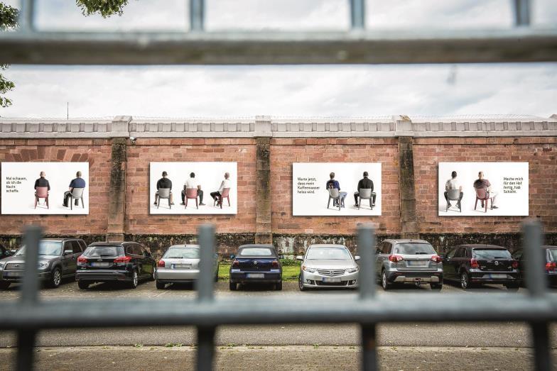 Absitzen in Freiburg: Mehrere Monate lang sind plakatwandgroße Fotos von Strafgefangenen an den Außenmauern des Gefängnisses zu sehen.
