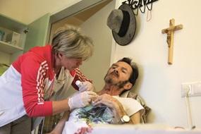 """""""Wir zwei, wir schaffen das."""" Pflegerin Anette Erdelji ist für Hans Mitterbacher da, der im Hospiz für obdachlose Menschen in Graz untergekommen ist."""