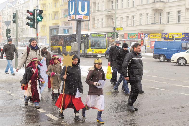 Sternsinger auf dem Weg durchs winterliche Berlin: So würde es dieser Tage im ganzen Land aussehen, wenn Corona nicht auch dies verunmöglicht hätte.