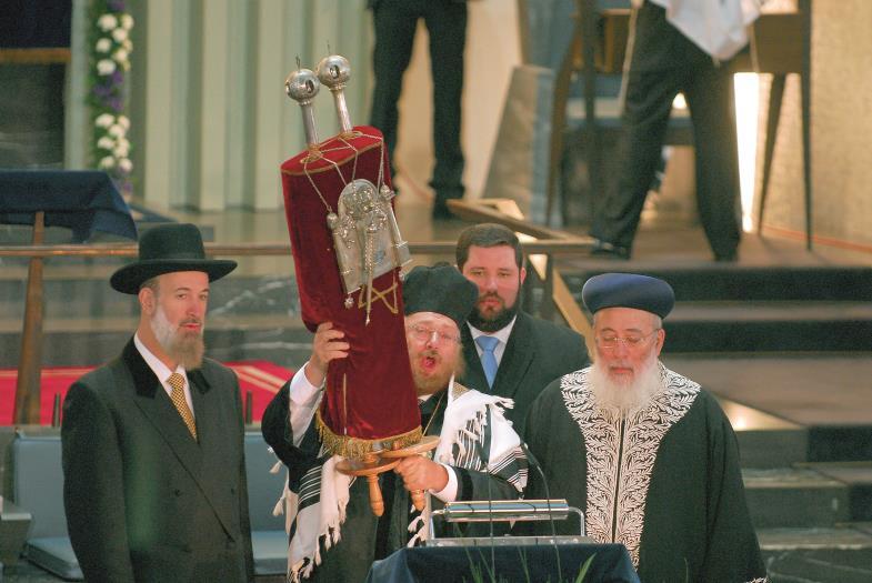 Köln – eine Stadt mit langer jüdischer Geschichte. Im Jahr 2007 feierten sie dort die Rückkehr einer restaurierten Tora-Rolle, welche die Nazis geschändet hatten.
