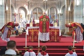 """Tridentinisches Hochamt in der Basilika von Saint Laurent-sur-Sèvre, Frankreich. Dort sehen einige die kirchliche Einheit durch die """"Alte Messe"""" gefährdet."""