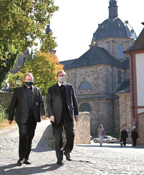 """""""Wunderbare, ganz unterschiedliche Chefs"""": Pater Hans Langendörfer (re.) mit Georg Bätzing, seit 2020 Vorsitzender der Deutschen Bischofskonferenz"""