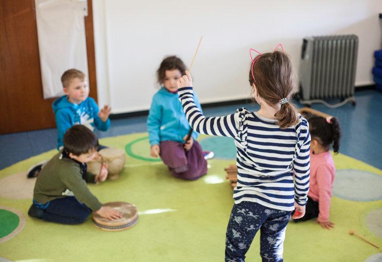 Die Kinder beschäftigen sich zunächst alleine, dann gemeinsam mit ihren Instrumenten