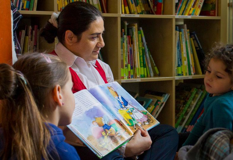 Das mehrsprachige Vorlesen regt zum gemeinsamen Betrachten und Sprechen an