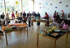 Tische voller Speisen, gemeinsame Tänze und die ganze Familie: Eindrücke vom Kinderfest in Gais