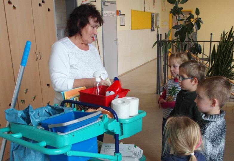Reinigungsmittel, Lappen, Handschuhe, Müllbeutel – die Kinder erfahren, welche Materialien der Reinigungswagen beinhaltet