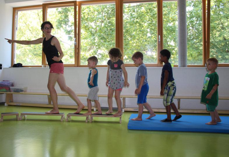 Ein abwechslungsreicher Bewegungsparcours führt die Kinder zum sagenumwobenen Zauberschloss