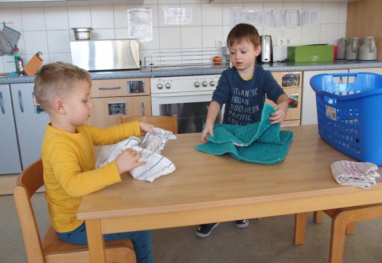 Die Kinder falten die Wäschestücke zunächst nach eigenen Vorstellungen