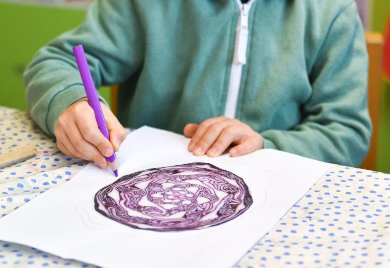 Wie geht es weiter? Ein violetter Stift eignet sich gut, um die feinen Linien zu vervollständigen