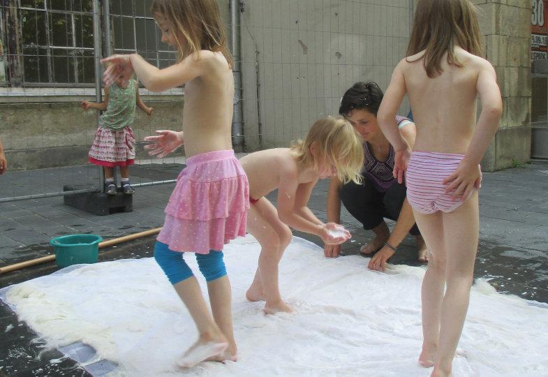XL-Filzen: Die Kinder der BurgKita in Halle stellen im Außenbereich einen Teppich her