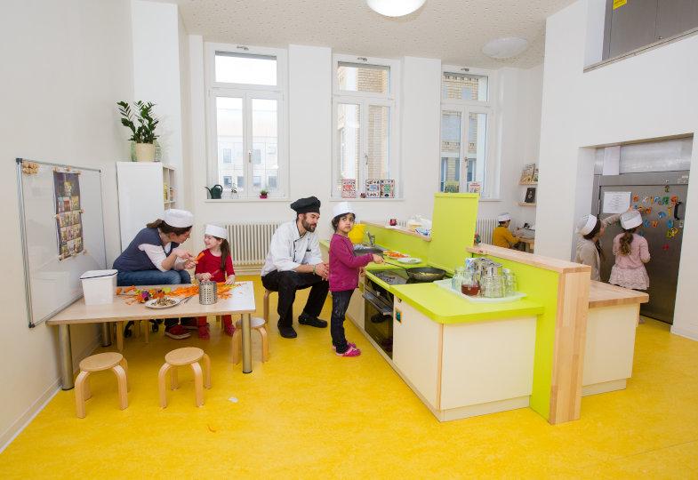 FRÖBELKindergarten Charité Mitte: Ein Multifunktionsraum mit Kinderküche