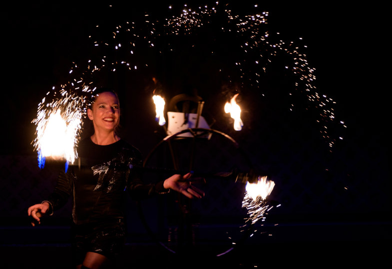 Funken fliegen: Drei Antworten von Feuertänzerin Stefanie Wrobel