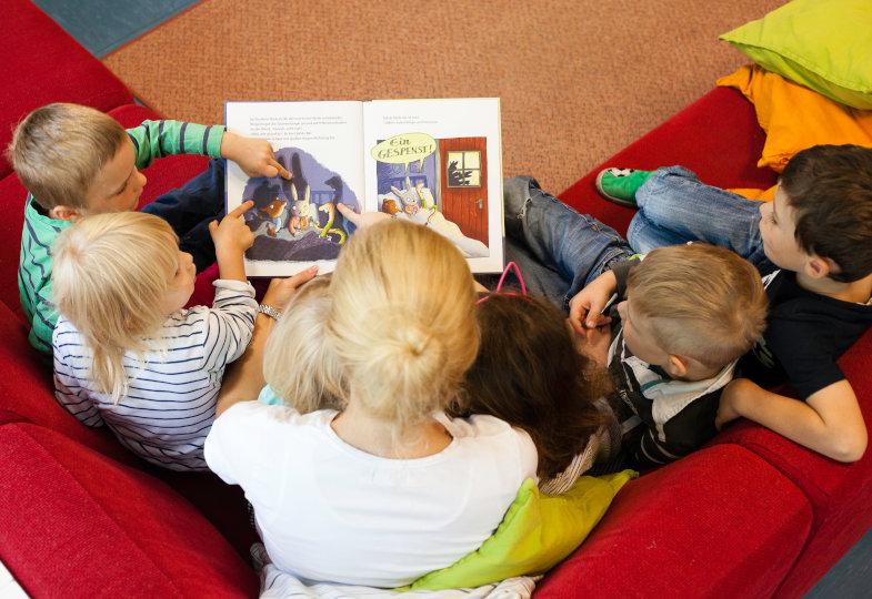 Die Schlüsselstelle des Buches: Die Tierkinder spielen mit den eigenen Schatten und fürchten sich dann vor den unbekannten Formen vor der Tür