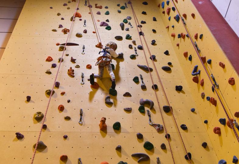 Gipfelstürmer: Motorische Fähigkeiten in einer Kletterhalle erproben