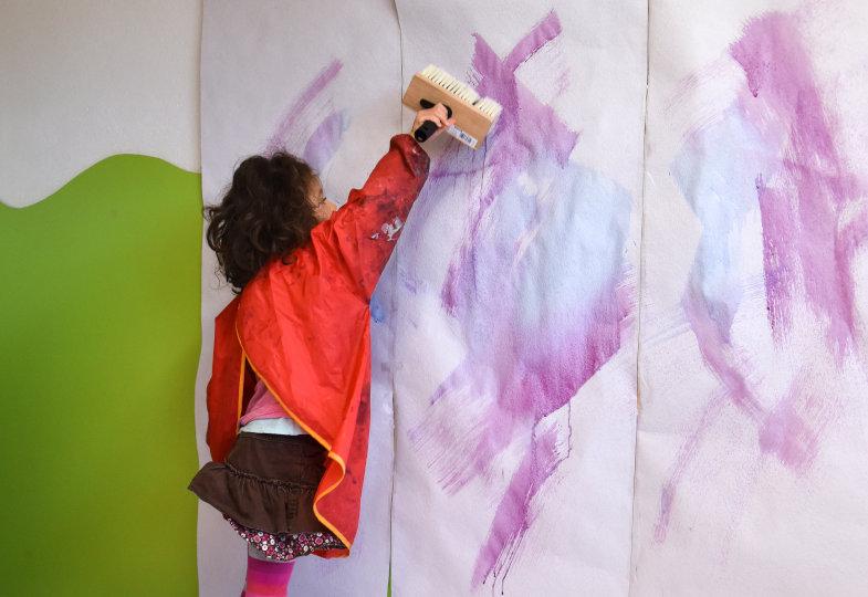 Mit dem Kleisterpinsel entstehen auf langen Papierbahnen großflächige Farbwerke