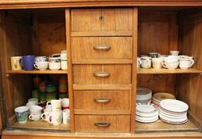 Wohin Tassen und Teller nach Gebrauch aufzuräumen sind, ist dank offener Schrankfächer erkennbar