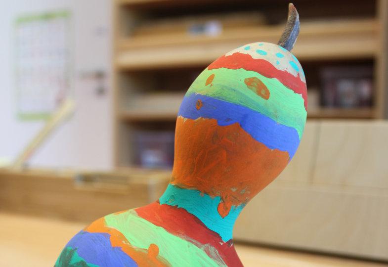 Bemalen die Kinder ihre getrockneten Flaschenkürbisse, entstehen farbenfrohe Rasseln