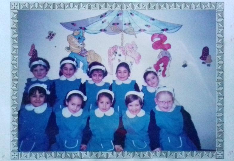 Amar Dekelbab (links oben) und ihre Mitschülerinnen in der typischen Schuluniform