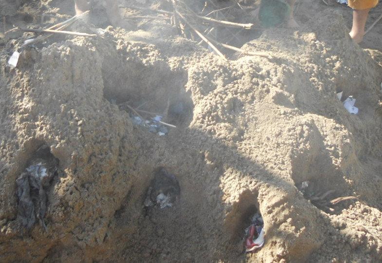 Das Meisterstück der Kinder: Ein großer Sandvulkan mit vielen rauchenden Kratern