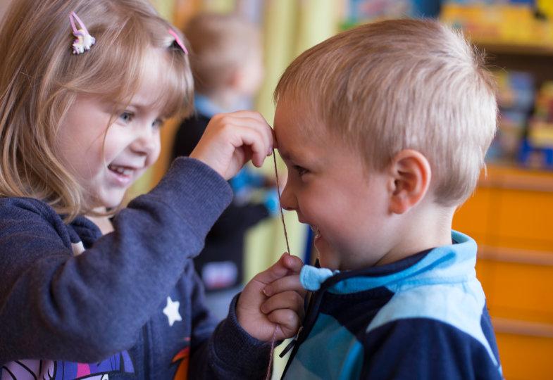 Wie viel Schnur misst die Nase und wie viel Zentimeter misst die Schnur? Die Ergebnisse ergänzen die Kinder durch die Maße ihrer Familienmitglieder