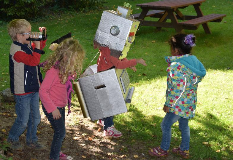 In einem Kurzfilm halten die Kinder den Alltag mit Joby fest