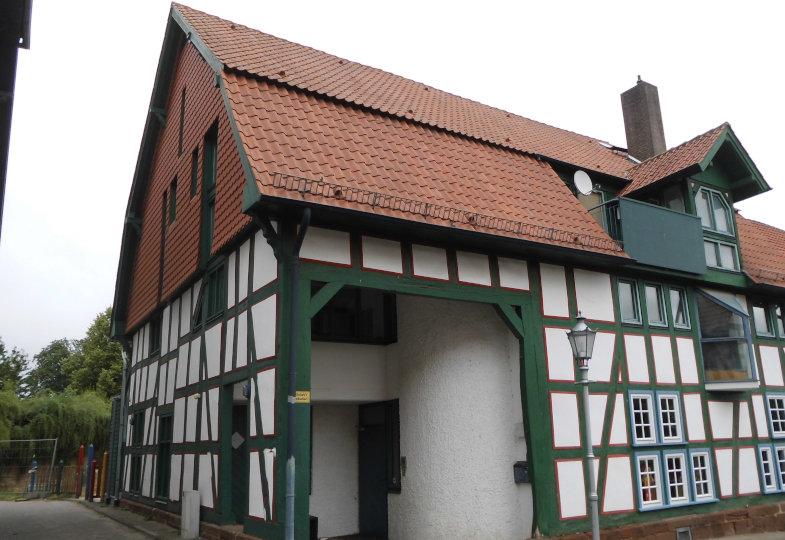 Die Nähwerkstatt befindet sich in einem alten Fachwerkhaus – eins von drei zur Kita gehörenden Gebäuden