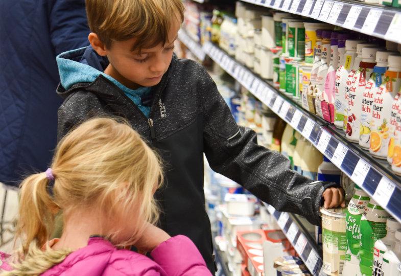 Da ist ein Siegel drauf! Im Supermarkt werden die Kinder an unterschiedlichen Stellen fündig