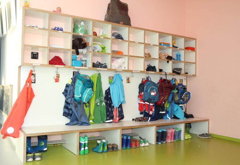 Eine gut strukturierte und gestaltete Garderobe entspannt die Umziehsituation für Krippenkinder