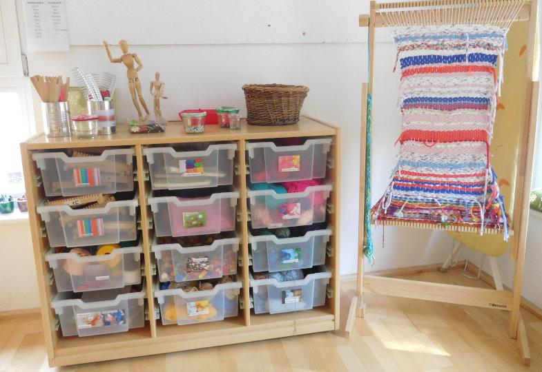 Inspiriert zum textilen Gestalten: Ein großer Webrahmen und ein üppiges, gut sortiertes Materialangebot