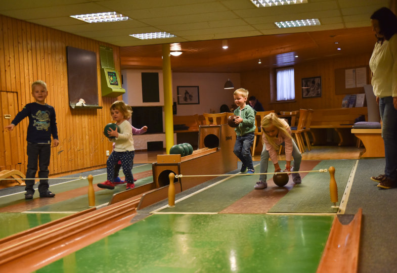 Auf der Kegelbahn erproben sich die Kinder in einer neuen Sportart …