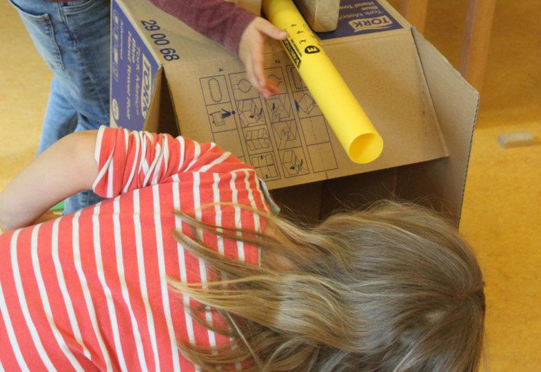 Aus einem einfachen Pappkarton entsteht ein staubsaugender und wasserspritzender Kistenautomat