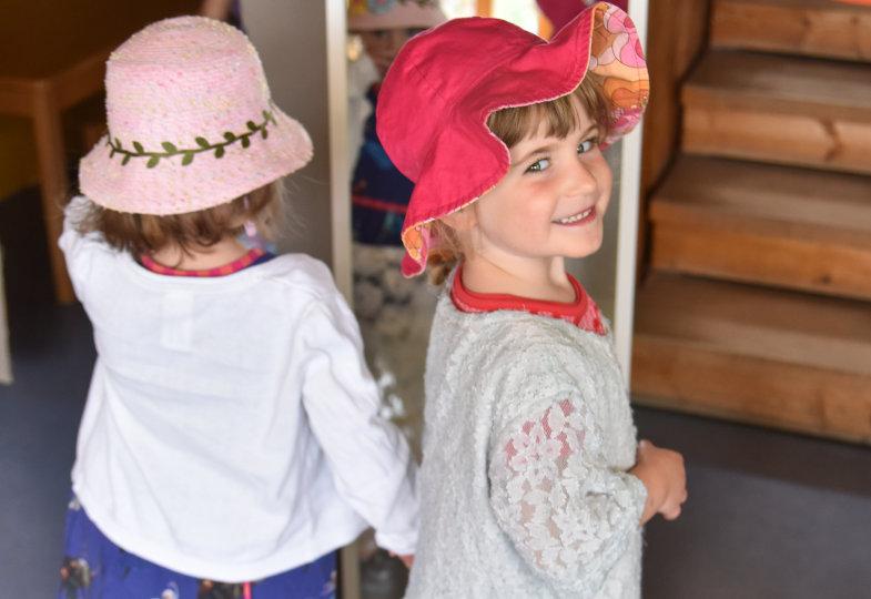 Als feine Dame mit Hut und Spitzenkleid durch die Kita flanieren: Kinder sammeln mit Textilien vielfältige ästhetische Erfahrungen