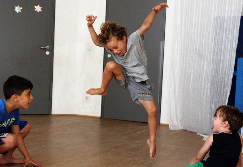 Bei der Trollparty verwandeln sich die Kinder in Fantasiewesen, die zu wilder Musik schaurige Tänze aufführen