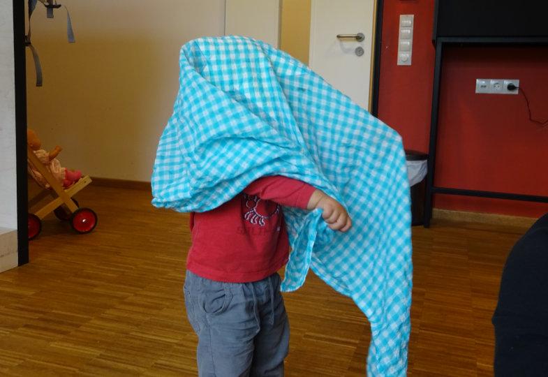 Bei Guck-guck-da-Spielen lassen die Kinder ihre Körperteile oder sich selbst verschwinden
