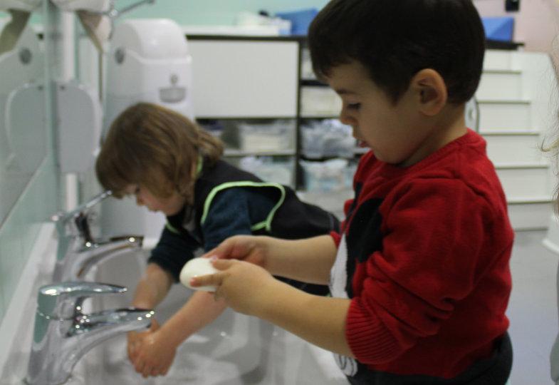 Rituale, wie bspw. das Händewaschen vor dem Essen, geben Kindern im Krippenalltag Orientierung und leiten in andere Tagesphasen über