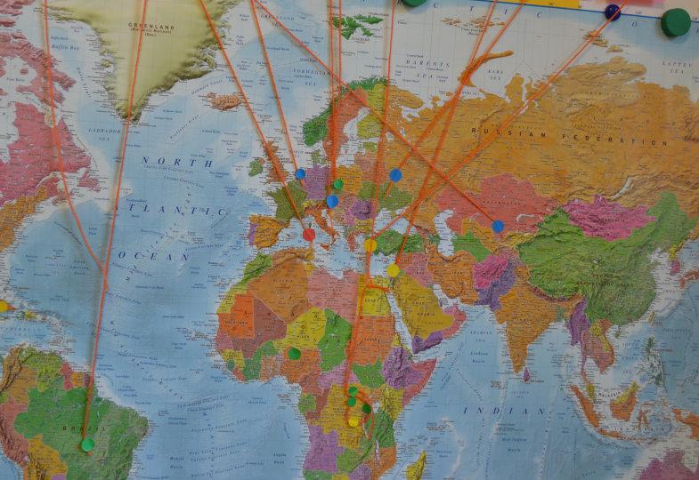 Auf der ganzen Welt zu Hause: Die Kinder vermerken auf einer Weltkarte die Wohnorte ihrer Verwandten