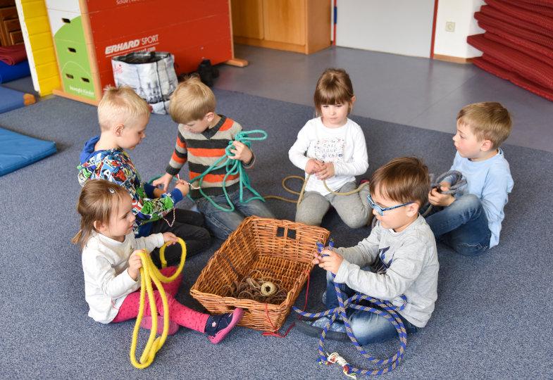 Kinder testen Seile und versuchen sich an eigenen Knüpfungen