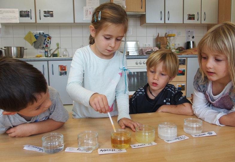 Sechs Flüssigkeiten mit sechs unterschiedlichen pH- Werten: Die Kinder beobachten erstaunt, wie sich das Papier in jeder anders verfärbt