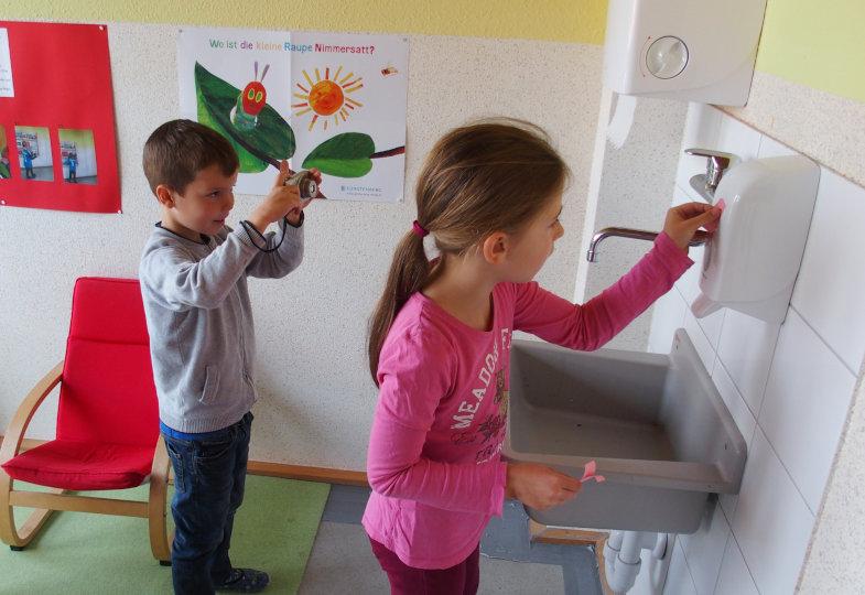 Auch ein Seifenspender ist eine Maschine – die Kinder suchen diese in der Kita und markieren sie