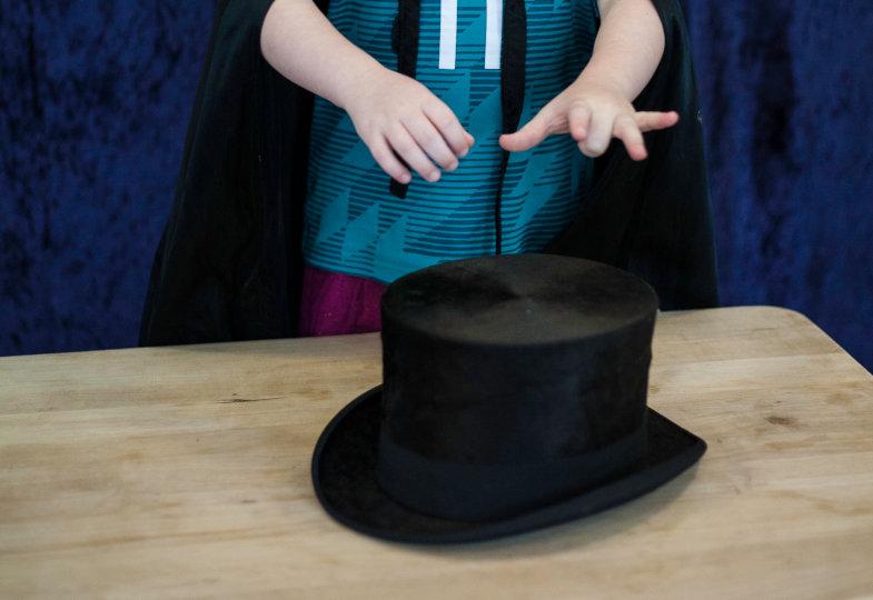 Ene mene Mäusedreck – Begleitet von magischen Reimen kreisen die Hände der Zauberin über dem Zylinder