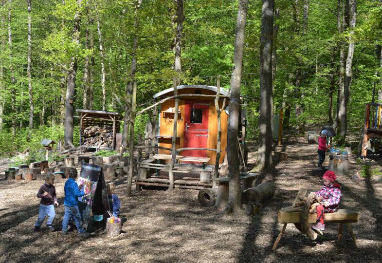 Waldkindergarten Wiesenpieper e. V.; Der Wald als Spielraum und zwei Bauwagen