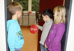 """Ein """"Stop""""-Schild hängt an der Tür zum Leiterinnenbüro. Was mag sich hinter dieser wohl verbergen?"""