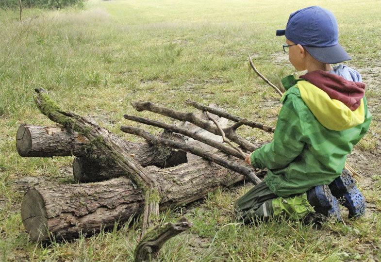 Mit Stöcken erzeugen die Kinder eigene Waldgeräusche und bauen Instrumente aus Naturmaterialien