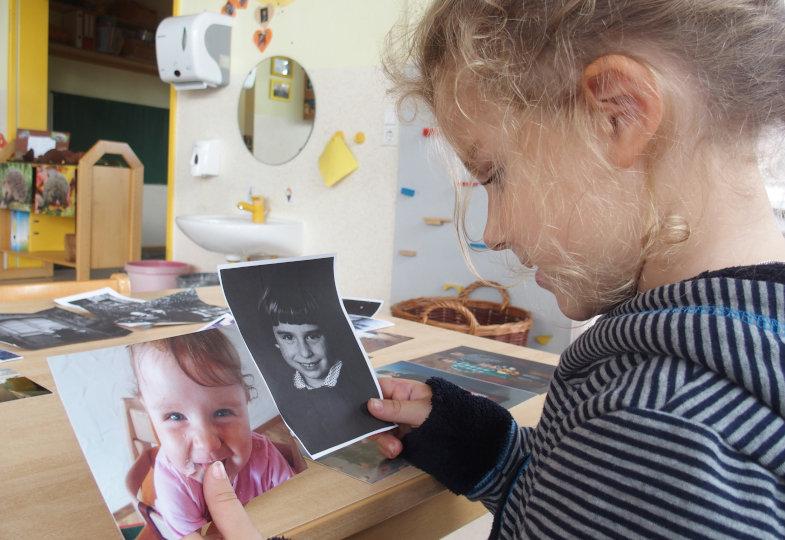 Das gleiche Lächeln? Auf Fotos vergleichen sich die Kinder mit Familienmitgliedern