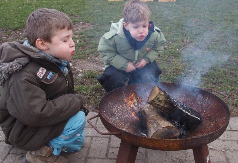 Wie lässt sich ein großes Feuer löschen? Die Jungen testen aus: Erst pusten sie, dann schütten sie Sand über die Flammen